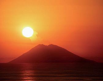 Stromboli a romantický západ slunce nad Tyrhénským mořem