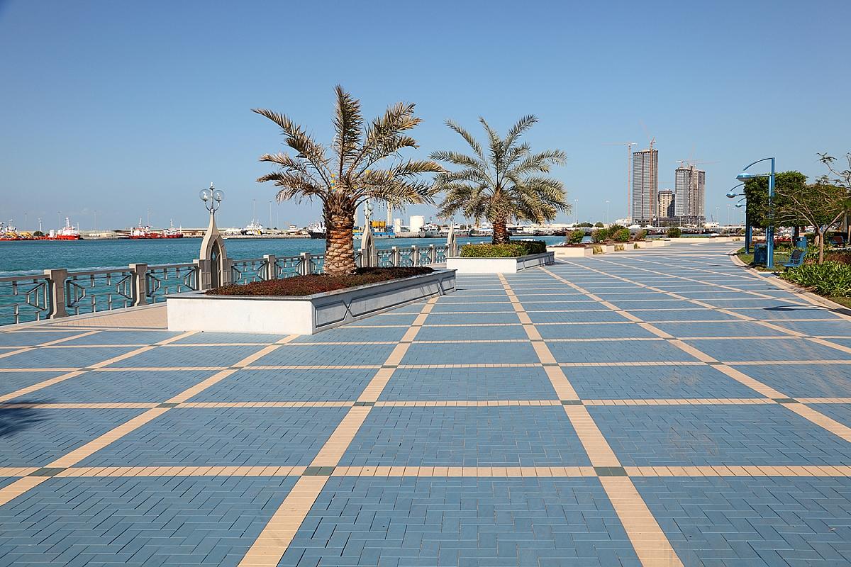 Pobřežní bulvár Corniche v Abú Dhabí