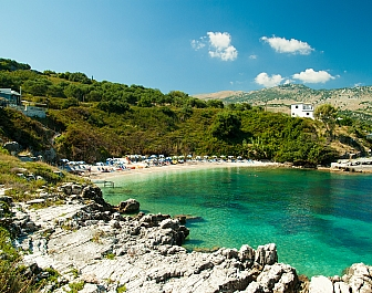 Pláž v letovisku Kassiopi na Korfu