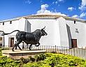 Socha býka před koridou v městě Ronda