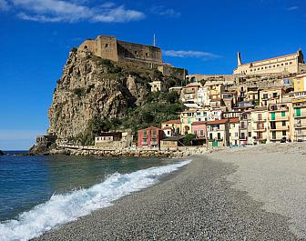 Scilla, pláž a hrad