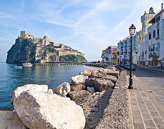 Město Ischia, nábřeží Tyrhénského moře