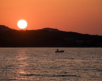 Acharavi, rybář při západu slunce