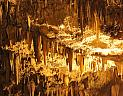 Drogarati, osvětlené stalaktity