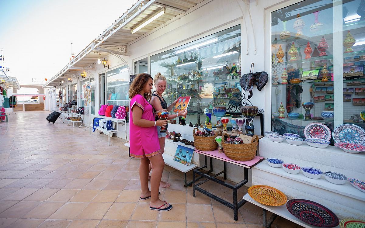 Poloha. U písečné pláže v dostupné vzdálenosti od centra typického tuniského městečka Zarzis (cca 2 km).