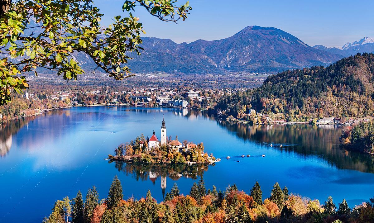 Jezero Bled s Alpami v pozadí